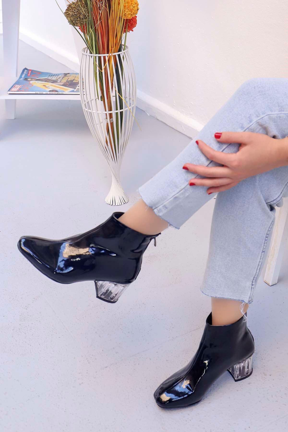 mami-Şeffaf Topuk Küt Burun Topuklu Bot Siyah Rugan