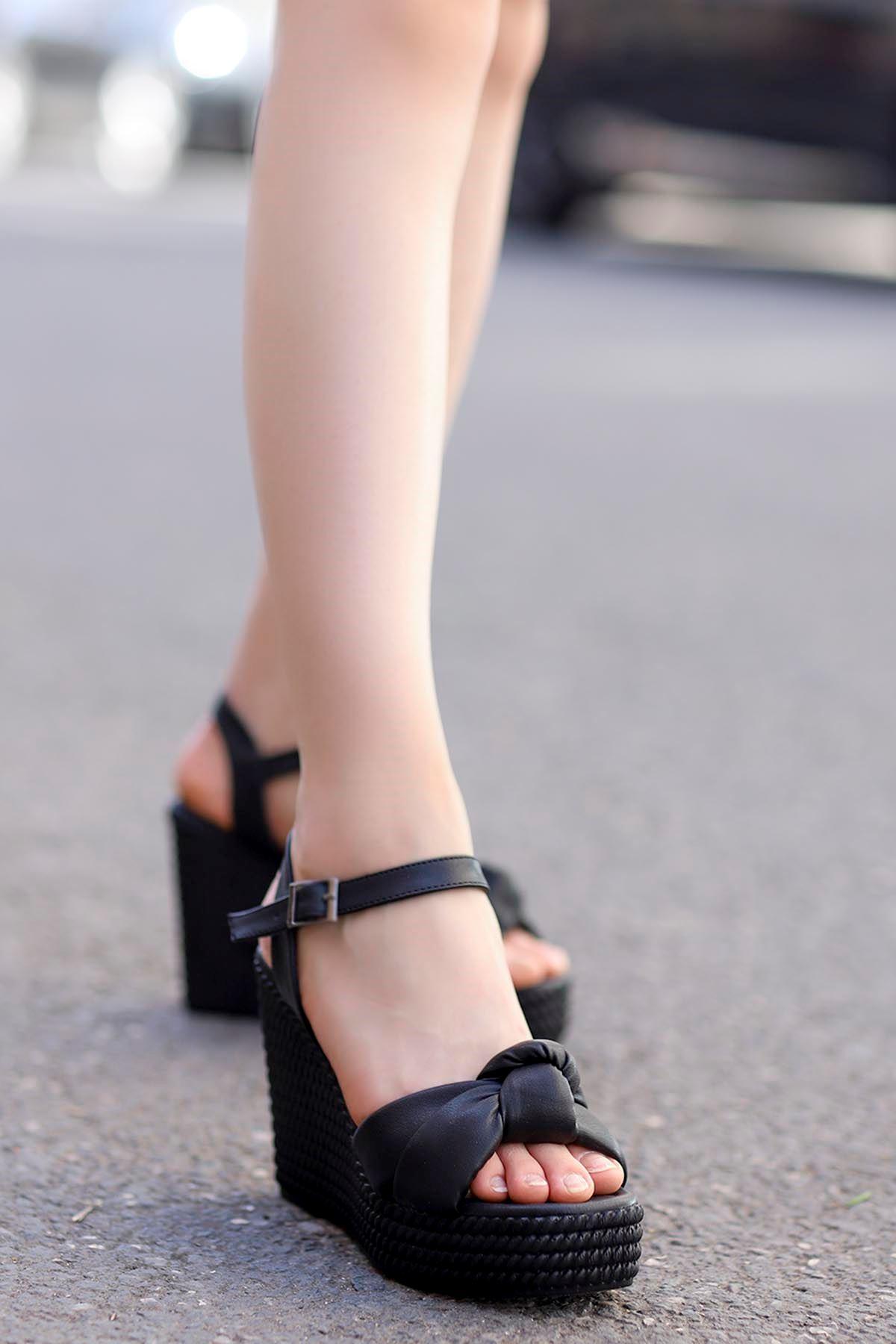 Fino Burgu Detay Dolgu Taban Sandalet Siyah