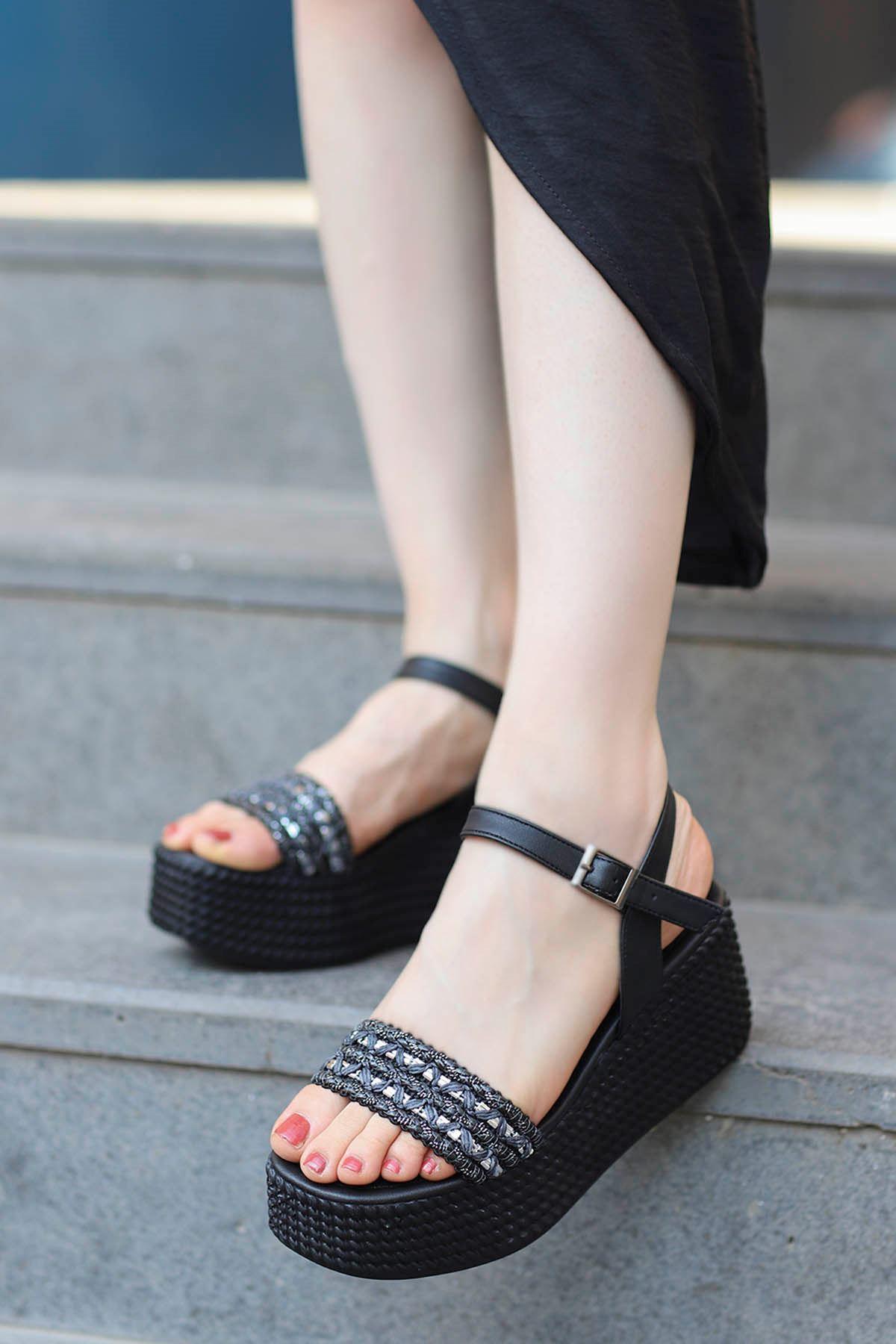 Yozi Dolgu Taban Sandalet Siyah
