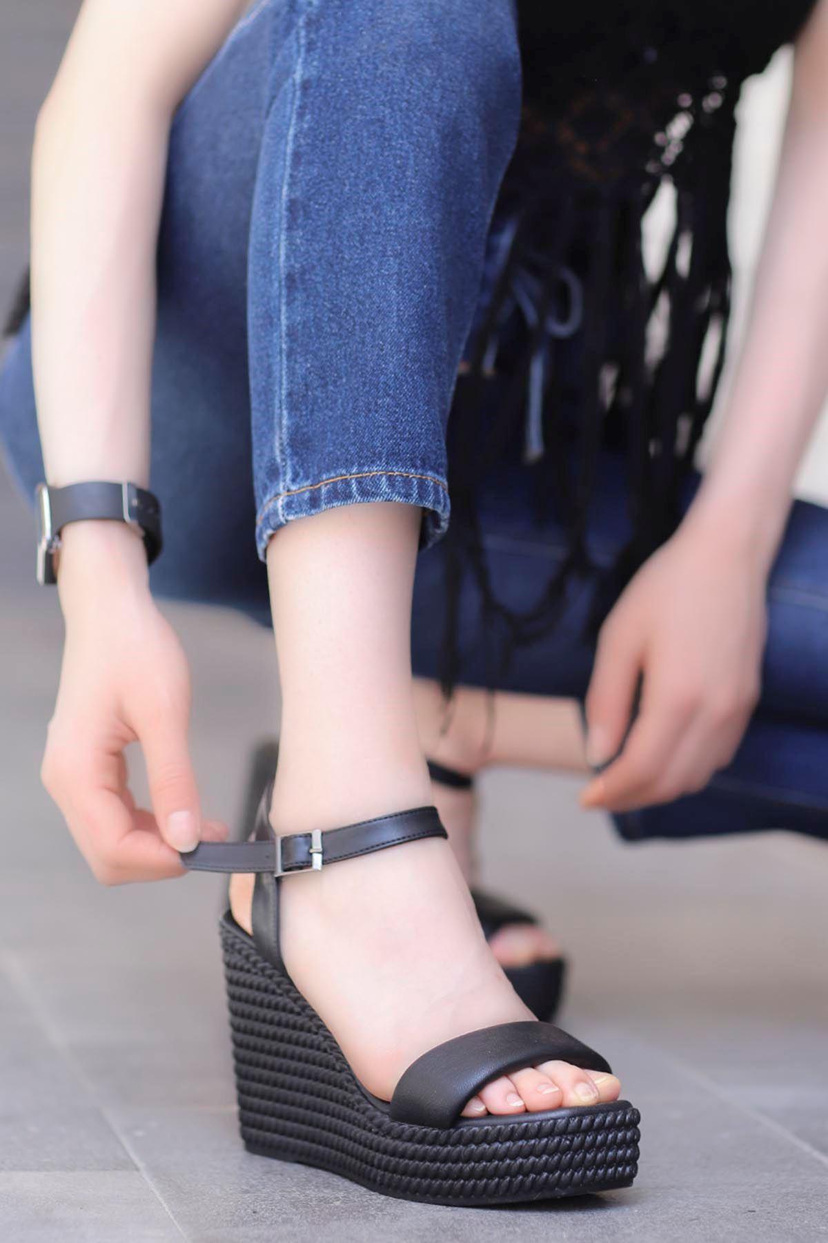 Lola Dolgu Taban Sandalet Siyah